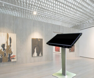 """Интерактивная витрина ELO-LINE 3243S — 32"""" для музеев"""
